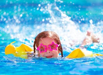 kind schwimmend_147513245